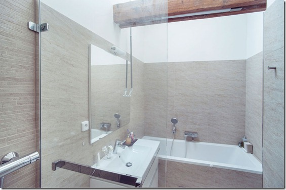 vannasistabas interjers mansarda dzīvoklī
