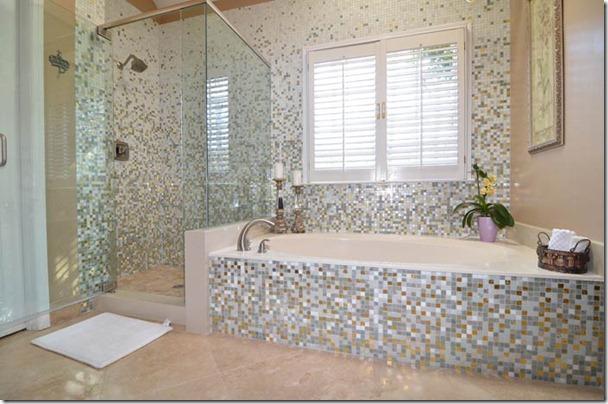 mozaīkas flīzes vannas istabā